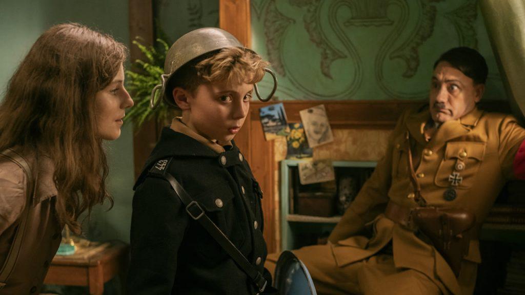 Thomasin McKenzie, Roman Griffin Davis y Taika Waititi en una de las escenas de 'Jojo Rabbit'