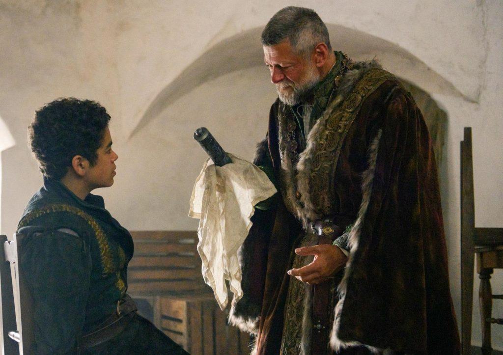 Amir Wilson y Andy Serkins en la adaptación televisiva de 'Carta al rey'