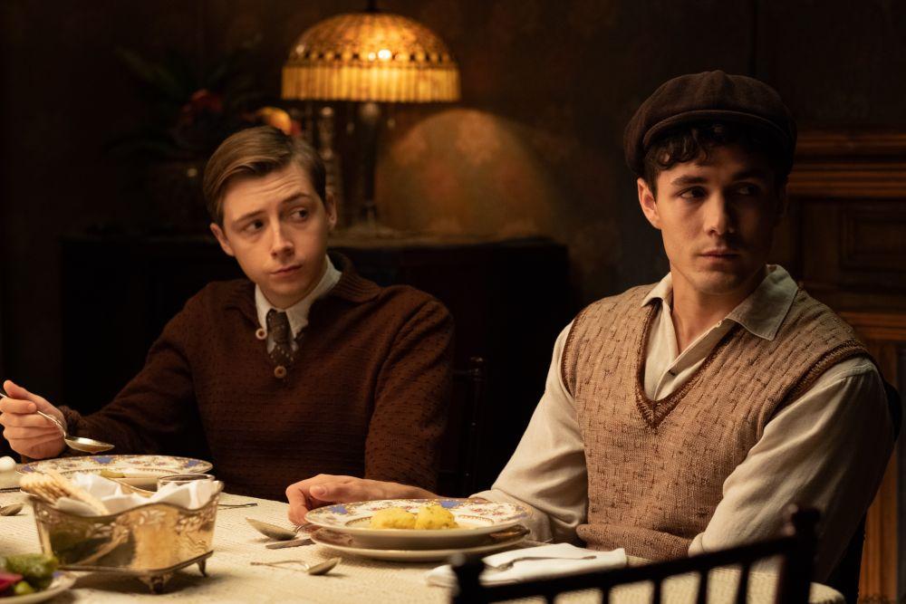 Gerran Howell y Jonah Hauer-King son unos jóvenes Martin y Dovidl en 'La canción de los nombres olvidados'