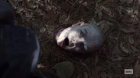 Negan entrega a Carol la cabeza de Alpha en el 10x12 de The Walking Dead