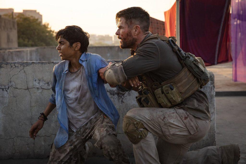 Chris Hemsworth y Rudhraksh Jaiswal en 'Tyler Rake'
