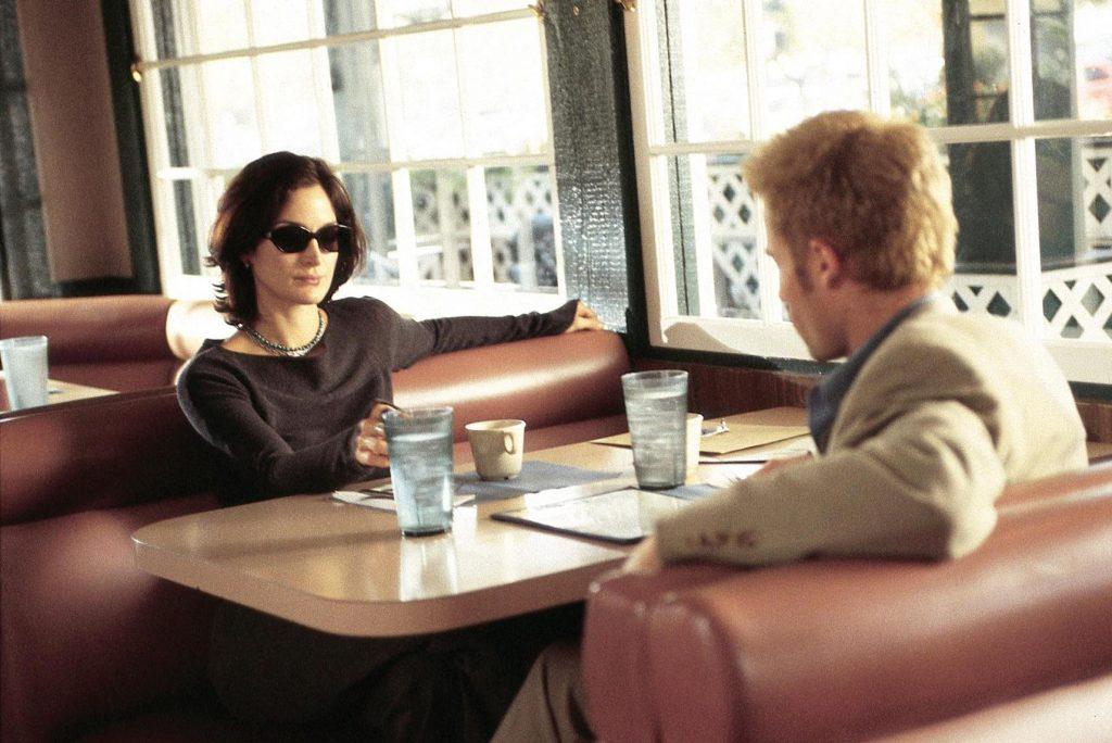 Guy Pearce y Carrie Anne Moss en 'Memento'