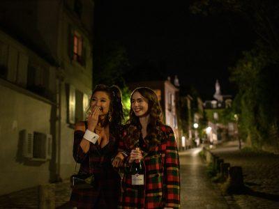 Ashley Park y Lily Collins | Foto: Carole Bethuel - Netflix